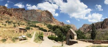 Scogliere rosse mattone armene e crossstones, complesso del monastero di Noravank immagine stock libera da diritti