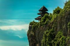 Scogliere sotto il tempio di Uluwatu in Bali fotografia stock libera da diritti