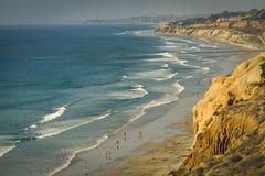 Scogliere, spiaggia ed oceano, California fotografia stock