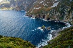 Scogliere sulla costa nordica dell'Irlanda Fotografia Stock