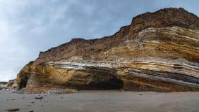 Scogliere sulla spiaggia, linea costiera di California, Santa Barbara County fotografia stock