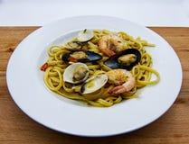 Scoglio allo de Linguine, plat des pâtes italiennes avec des fruits de mer sur la table en bois photos libres de droits