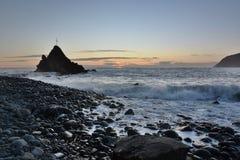Scoglio dell ` Asseu przy zmierzchem Rena plaża, Riva Trigoso miejsca przeznaczenia Italy levante Liguria regionu sestri turysta  Fotografia Stock