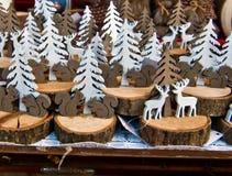 Scoiattoli alberi e cervi e жулика Decorazioni di montagna стоковые изображения