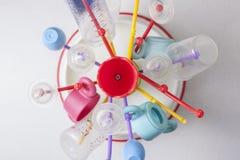Scolapiatti in pieno degli oggetti di plastica delle stoviglie del bambino Fotografia Stock