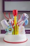 Scolapiatti in pieno degli oggetti di plastica delle stoviglie del bambino Immagini Stock Libere da Diritti