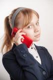 Scolara caucasica bionda che chiama dal telefono cellulare Immagine Stock Libera da Diritti
