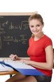 Scolara caucasica dallo scrittorio che studia l'esame di per la matematica Immagini Stock Libere da Diritti