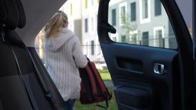 Scolara che arriva alla scuola in automobile del genitore archivi video
