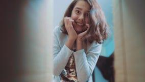 Scolara che avverte sorpresa di felicità di gioia bambini positivi di concetto di emozione video di movimento lento ragazza di st stock footage