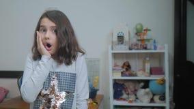 Scolara che avverte sorpresa di felicità di gioia bambini positivi di concetto di emozione video di movimento lento Ragazza teena stock footage