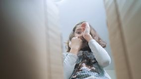 Scolara che avverte sorpresa di felicità di gioia Bambini positivi di concetto di stile di vita di emozione video di movimento le stock footage