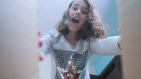 Scolara che avverte sorpresa di felicità di gioia bambini positivi di stile di vita di concetto di emozione video di movimento le video d archivio