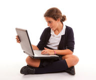 Scolara che chiacchiera con il computer portatile Immagini Stock Libere da Diritti