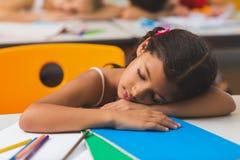 Scolara che dorme allo scrittorio Fotografia Stock Libera da Diritti