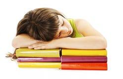 Scolara che dorme sui libri di banco Fotografie Stock