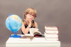 Scolara che legge un libro Fotografia Stock Libera da Diritti
