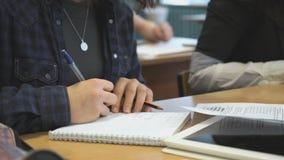 Scolara che si siede allo scrittorio che studia le lezioni video d archivio