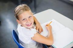 Scolara che sorride nell'aula Fotografia Stock