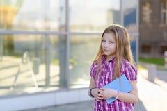 Scolara che studia all'aperto vicino alla scuola Immagine Stock Libera da Diritti