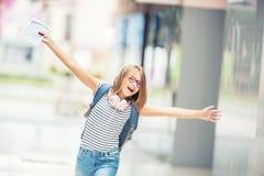 Scolara con la borsa, zaino Ritratto di sch teenager felice moderno Immagini Stock Libere da Diritti