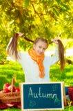 Scolara con le mele in autunno Fotografie Stock Libere da Diritti