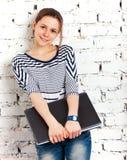 Scolara dell'adolescente con il computer portatile Fotografia Stock