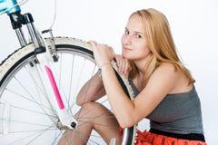 Scolara dell'adolescente con la sua bicicletta immagini stock libere da diritti