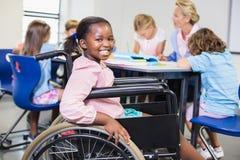 Scolara disabile che sorride nell'aula Immagine Stock Libera da Diritti