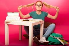 Scolara frustrata con i grandi occhiali che tirano le code dei capelli non Fotografia Stock Libera da Diritti