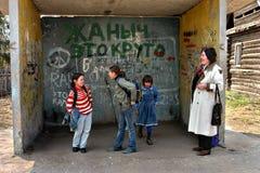 Scolara russa della campagna che aspetta alla fermata dell'autobus Immagine Stock Libera da Diritti