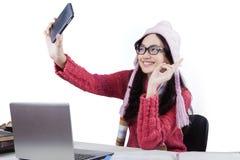 Scolara sveglia con il maglione che prende selfie Immagini Stock