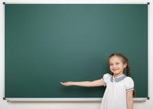 Scolara vicino al consiglio scolastico Immagine Stock Libera da Diritti