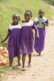 Scolare nel barfoot dell'Africa con l'uniforme scolastico Immagini Stock Libere da Diritti