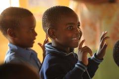 Scolari africani che cantano fotografia stock