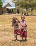 Scolari africani divertenti che accolgono Immagine Stock Libera da Diritti