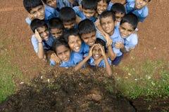 Scolari curiosi di una scuola elementare in goa Fotografia Stock