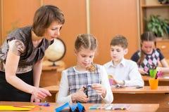 Scolari ed insegnante alla lezione. Fotografia Stock