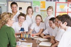 Scolari ed insegnante nel codice categoria di scienza Immagine Stock