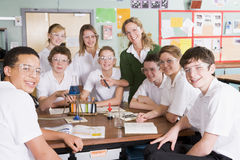 Scolari ed insegnante nel codice categoria di scienza Immagini Stock