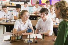 Scolari ed insegnante nel codice categoria di scienza Fotografia Stock