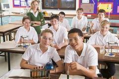 Scolari ed insegnante nel codice categoria di scienza immagini stock libere da diritti