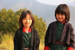 Scolari felici della ragazza che camminano alla scuola nel Bhutan Fotografia Stock