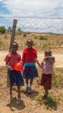 Scolari keniani al recinto della scuola Fotografie Stock