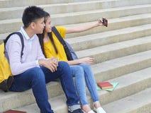 Scolari, maschio e femminile asiatici fotografia stock