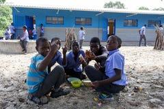 Scolari namibiani felici che aspettano una lezione Fotografia Stock