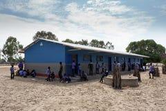 Scolari namibiani felici che aspettano una lezione Fotografie Stock Libere da Diritti