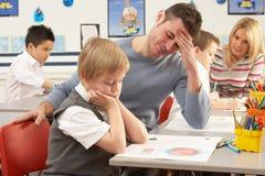 Scolari primari ed insegnante che hanno una lezione Fotografia Stock