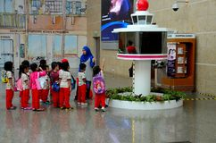 Scolari sull'escursione con l'insegnante all'aeroporto Singapore di Changi fotografie stock libere da diritti