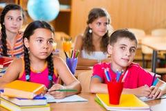 Scolari svegli in aula alla scuola Immagine Stock Libera da Diritti